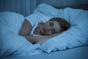 donna con problemi di sonno che segue i giusti consigli e riesce a dormire fin da subito