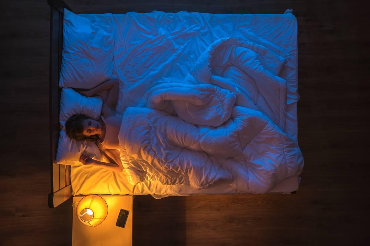 dormire con la luce accesa