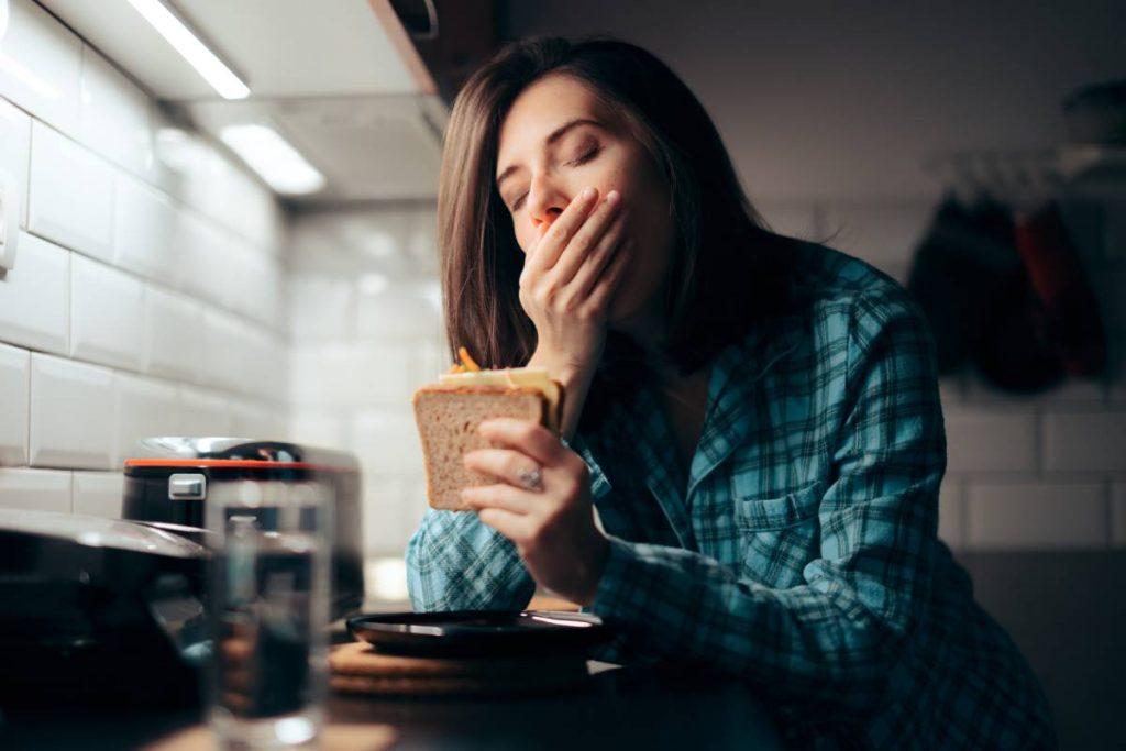 donna mangia prima di andare a dormire